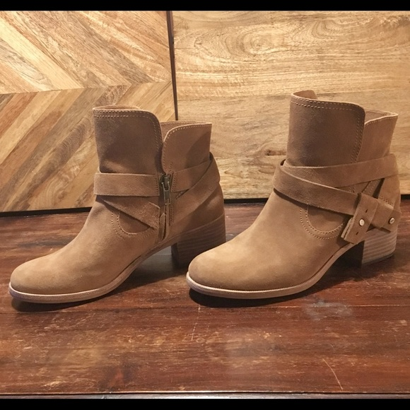 f616e72c03f NWT UGG ankle boots. Women's